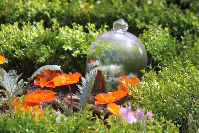 Kronärtskocka tillsammans med marktäckande Curta anemona