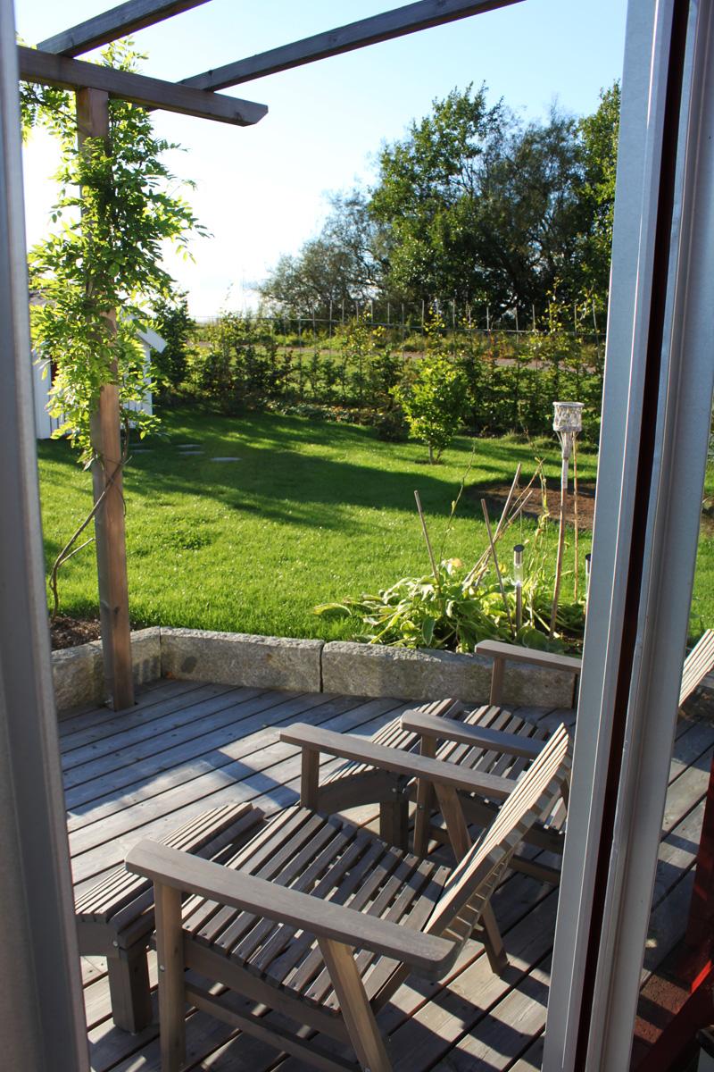 Med växthus i skydd för vinden – vi tre & trädgÃ¥rd